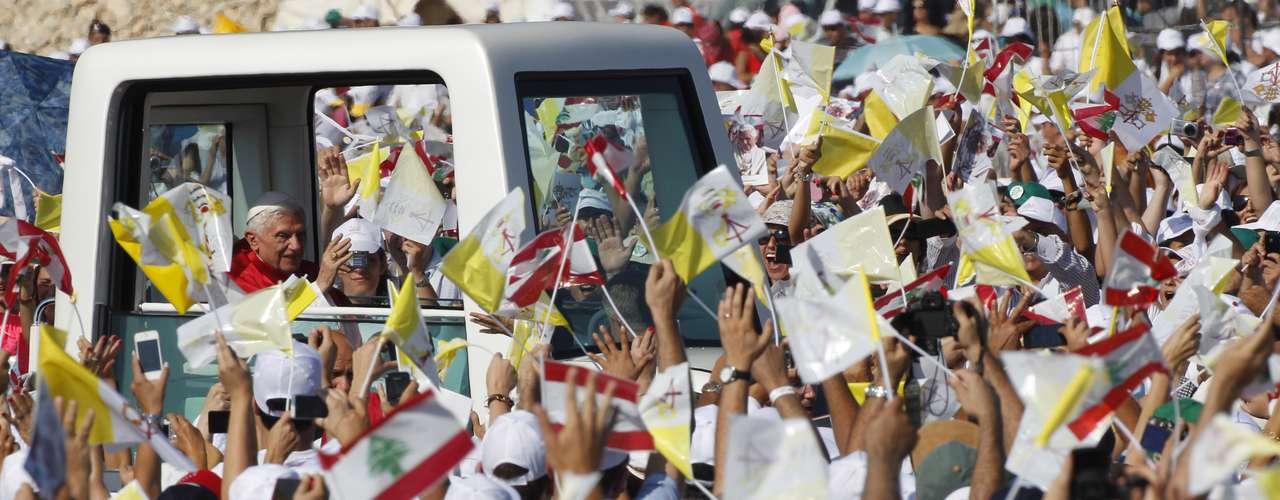 Líbano. El papa visita del 14 al 16 El Líbano, su tercera visita a Oriente Medio. El Sumo Pontífice exhortó a la paz en momentos de gran agitación en el Medio Oriente, afirmando que la exportación de armas a Siria durante la guerra civil en el país es un \