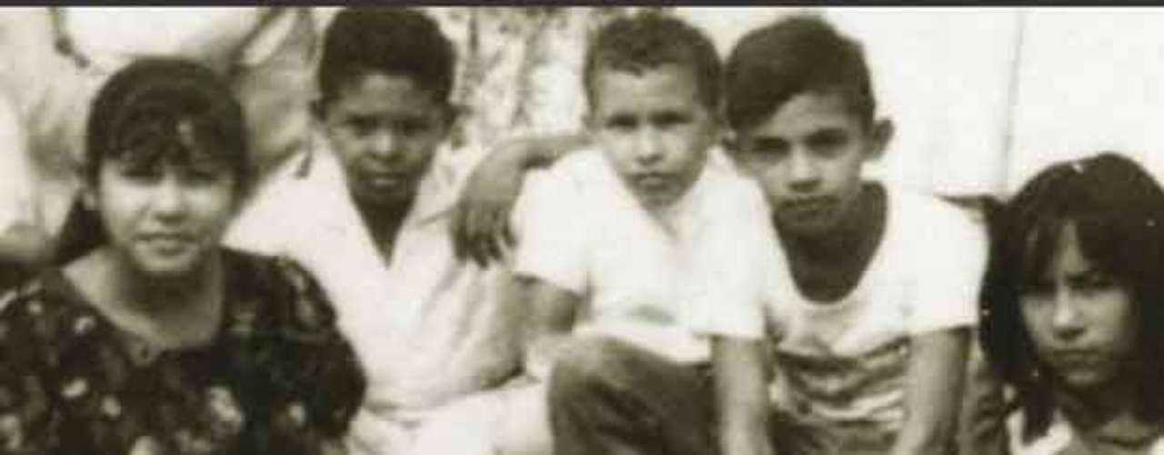 El presidente de Venezuela, Hugo Chávez (C) aparece en la fotografía con sus amigos de colegio en Sabaneta.