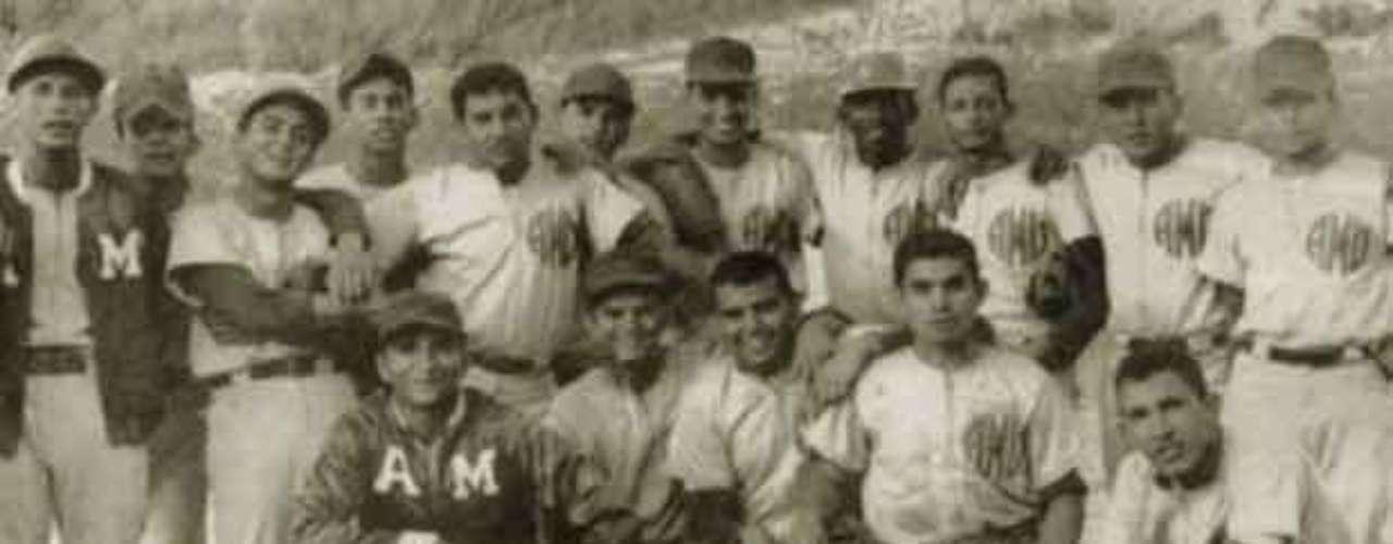 El presidente de Venezuela, Hugo Chávez (derecha abajo), con el equipo de béisbol del Ejército durante sus años de la Academia Militar, en 1972.