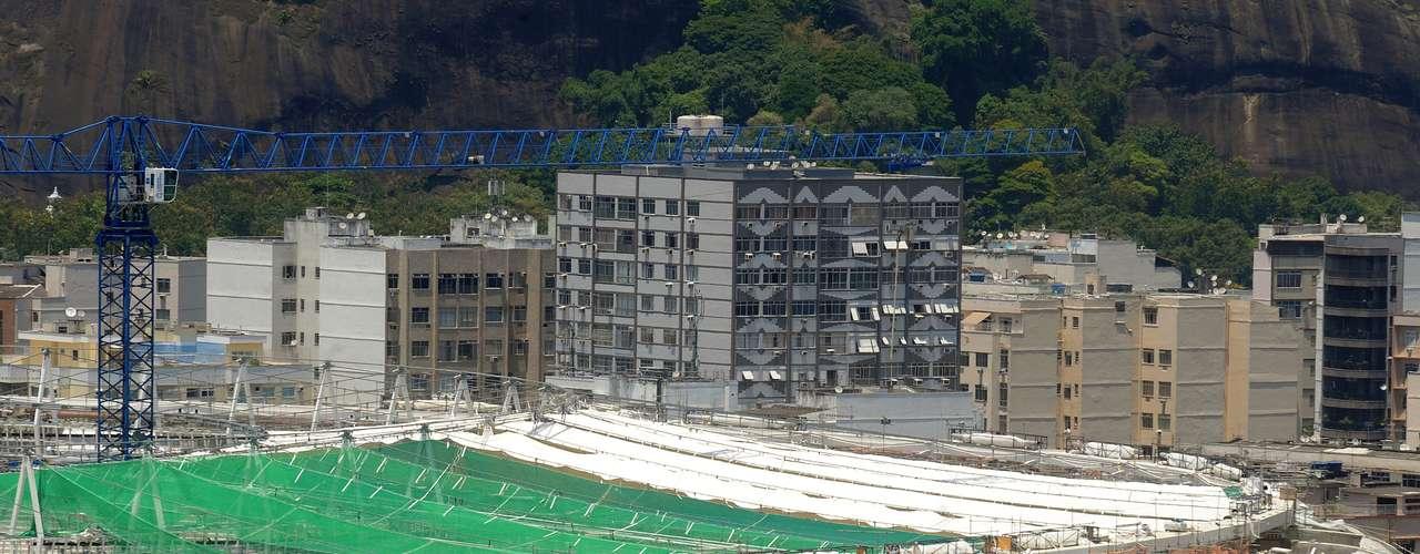 18 de febrero de 2013: además de colaborar con la instalación de la estructura, los alpinistas van a ayudar en la colocación de la lona, que es una de las más grandesdel mundo, con unaextensión de más de 68 metros, hecha de teflon y fibra de vidro.