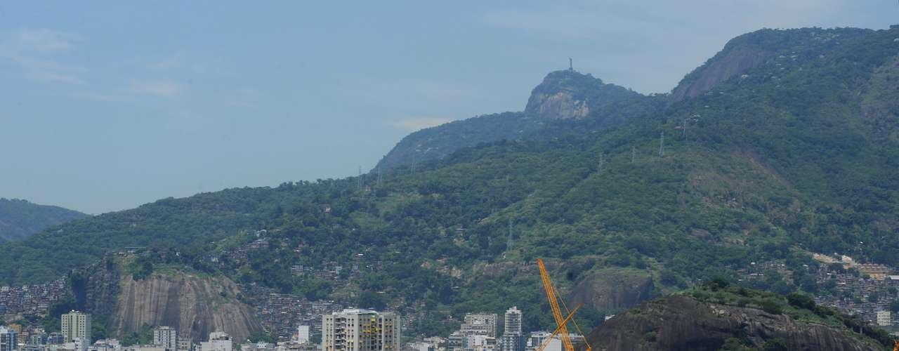 18 de febrerode 2013: en fase final de obras, el Estadio Jornalista Mário Filho, el Maracanã, comenzó a recibir este lunes la lona de la cubierta.