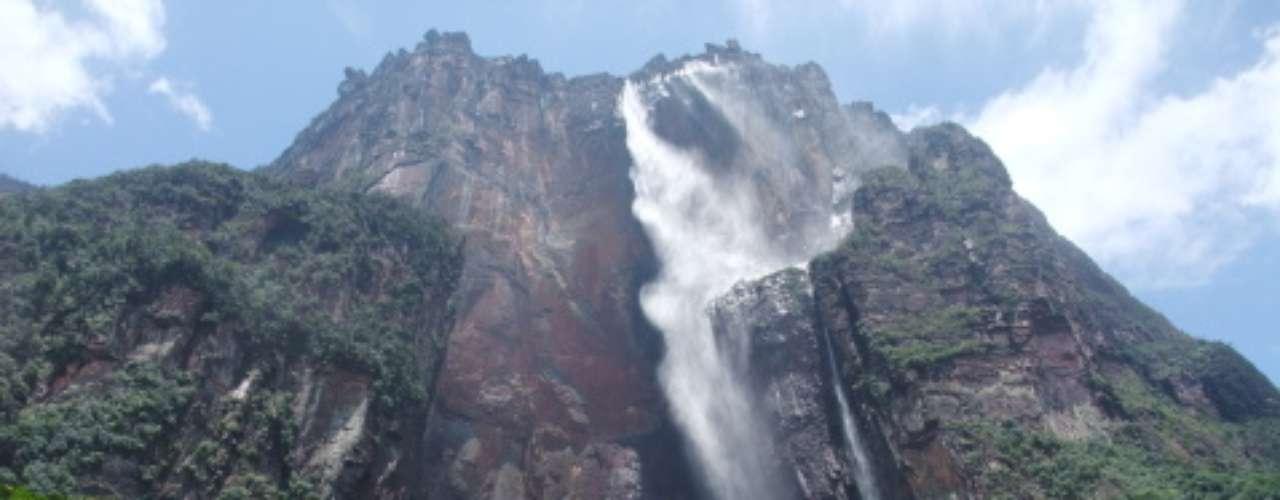 7- Salto Ángel, Venezuela.En el sector Occidental del parque nacional Canaima, está el Auyantepuy, uno de los tepuyes más conocidos. (Los tepuyes son montañas planas que terminan con inmensas paredes verticales.) De ese tepuy nace el Salto Angel, con sus 979 metros de caída libre, el más alto del mundo.