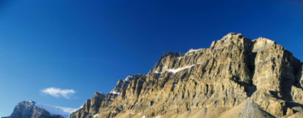 4 - Canadian Rockies, Canadá. Ahí se encuentra el Monte Robson, la montaña más alta de lacordillera, además de cascadas del doble de tamaño que las del Niágara y el único desierto verdadero de Canadá.