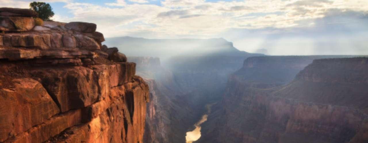 6- El Gran Cañón, EE.UU. Es un conjunto de grandes grietas, fisuras y quebradas provocadas por el río Colorado. El resultado es un maravilloso lugar de paisajes impresionantes que ha acaparado la atención de millones de personas en todo el mundo.