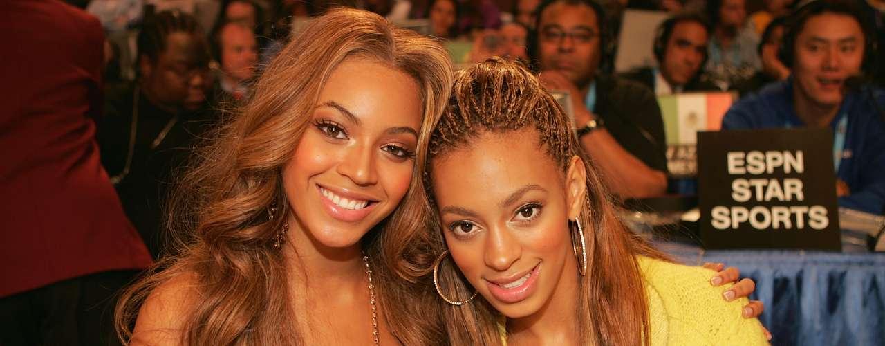 Beyonce Knowles ySolange Knowles:A ambas se les ha visto en varias oportunidades juntas y si bien, se han hecho conocidas por carreras distintas, la hermana menos conocida también es artista, se dedica a la actuación, el modelaje y el canto, pero nunca ha podido alcanzar la misma fama que su hermana Beyonce.