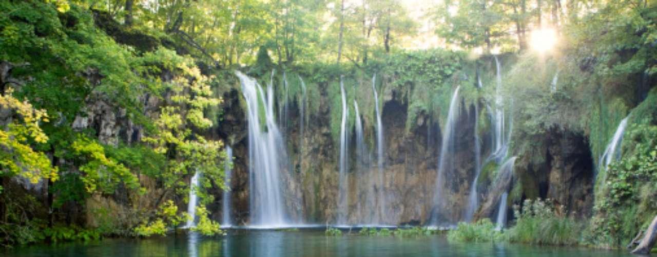 8- Parque Nacional de los Lagos Plitvice, Croacia.Los lagos de Plitvice deben su belleza y atractivo inigualables a la piedra kárstica y dolomítica y a las plantas formadoras de barreras de travertino. Como resultado de la disolución de las calizas y la formación de presas naturales en donde embalsa el cauce del río, han surgido los 16 lagos de Plitvice, que representan un maravilloso fenómeno arquitectónico de la naturaleza.