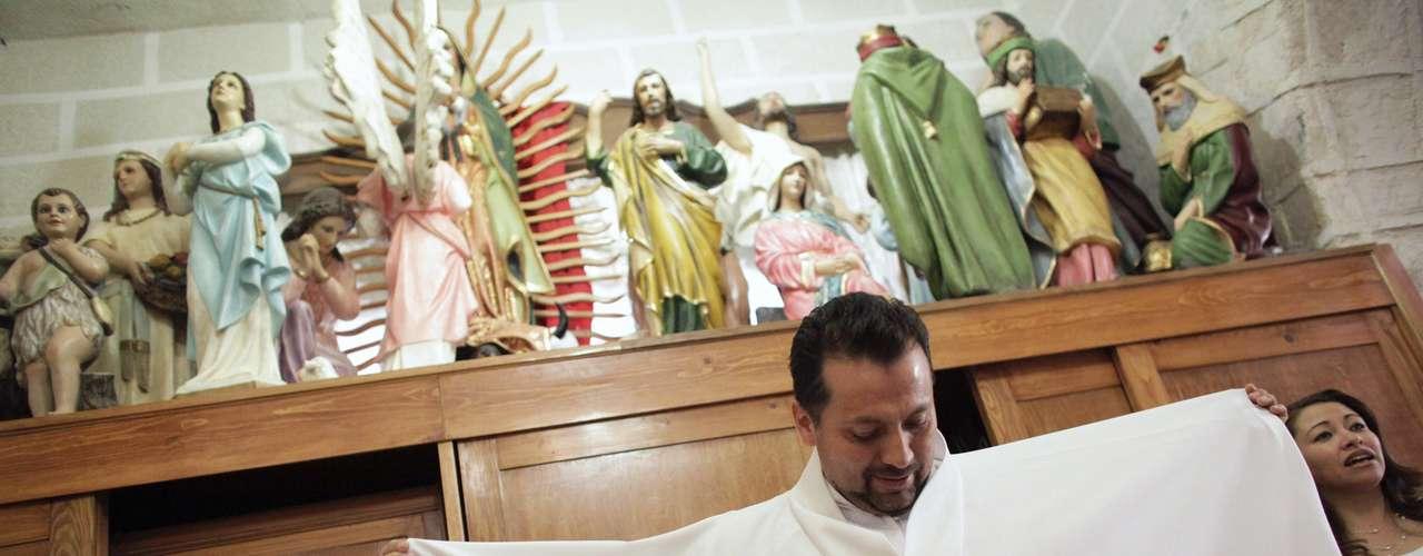 Sin embargo, el sacerdote Humberto Álvarez sí recibe algunas críticas de los fieles por su atrevimiento, pero asegura le ha servido para atraer a niños y mayores a la misa del domingo.