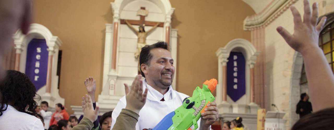 Las pistolas las lleva colgadas de un rosario de madera.