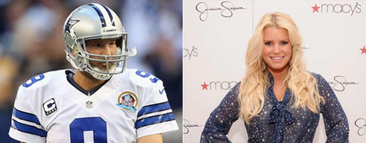 Tony Romo y Jessica Simpson: El quarterback de los Cowboys de Dallas y la cantante y actriz fueron pareja entre 2008 y 2009, pero la relación fue motivo de controversia, pues los fans de los Cowboys la acusaron de distraerlo.