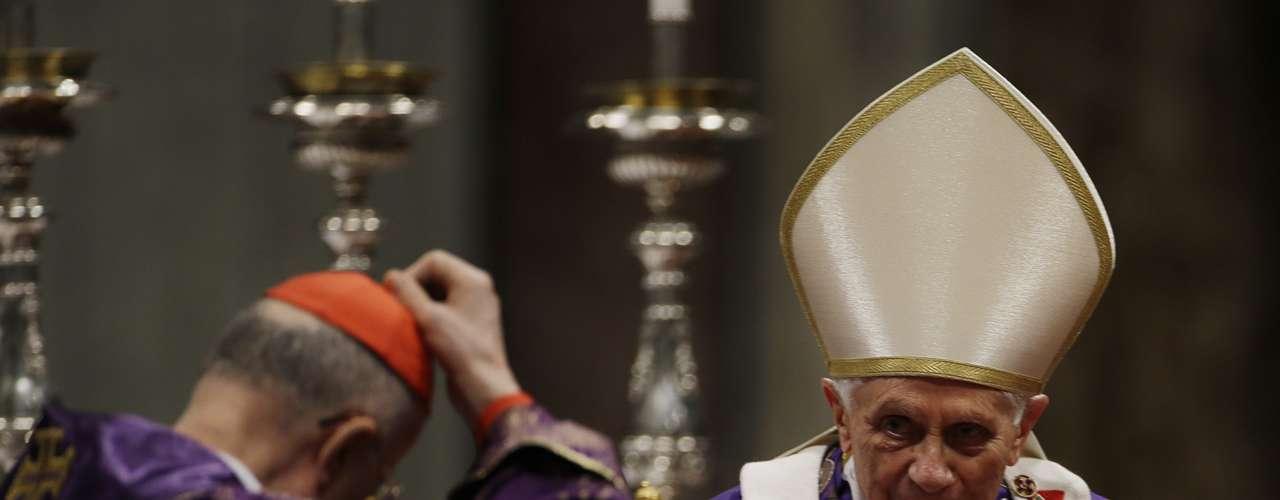 Palio. Es una banda de lana blanca que se coloca sobre la casulla o vestimenta sacerdotal que se usa cuando se celebra misa. El Palio papal tiene adornos de seis cruces rojas con tres alfileres clavados, que simbolizan La Pasión.