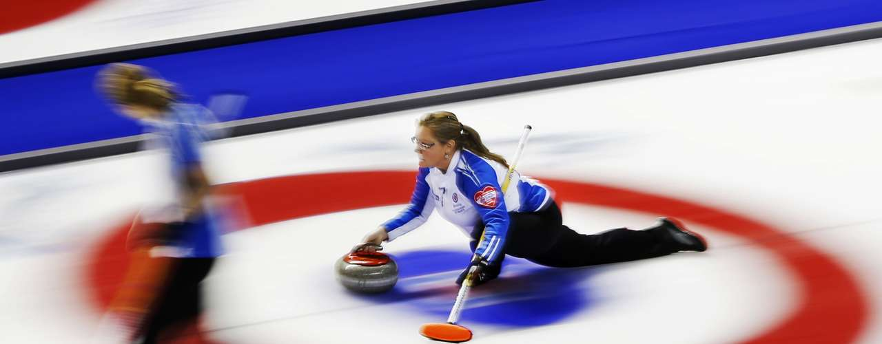 British Columbia skip Kelly Scott throws a rock against New Brunswick during the eighth draw at Scotties Tournament of Hearts curling championship in Kingston February 19, 2013.    REUTERS/Mark Blinch (CANADA - Tags: SPORT CURLING)