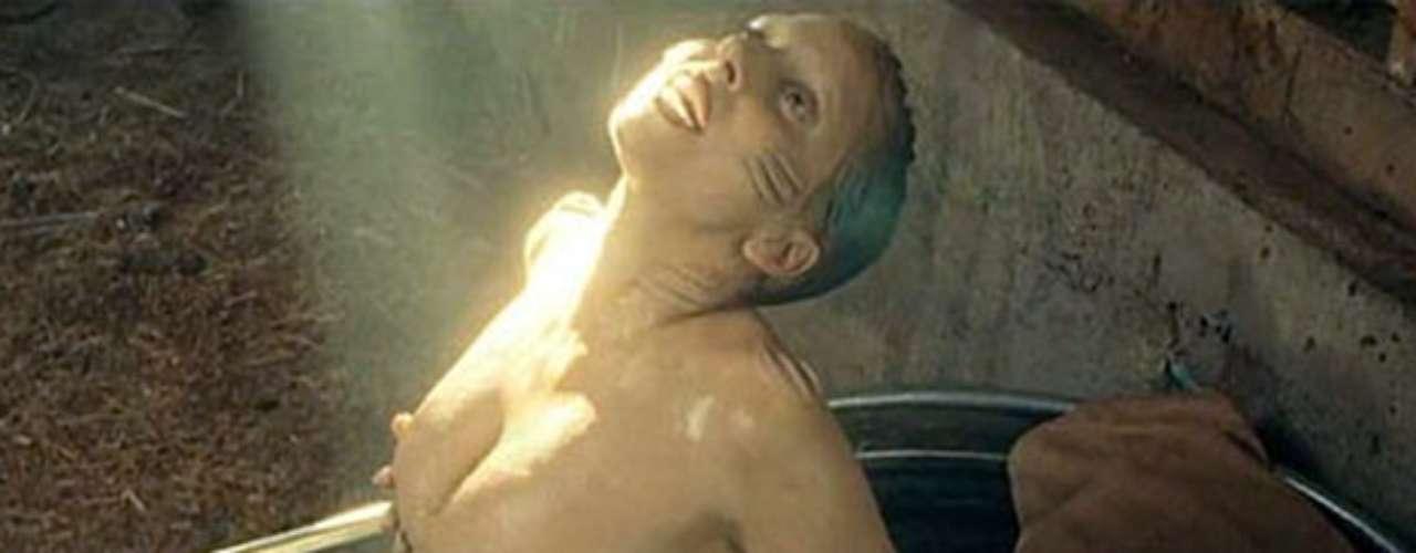 También, a Gaga se le puede ver en una bañera con un traje de sirena en\