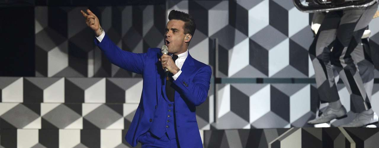 British singer Robbie Williams performs during the BRIT Awards, celebrating British pop music, at the O2 Arena in London February 20, 2013.   REUTERS/Dylan Martinez (BRITAIN  - Tags: ENTERTAINMENT) FOR EDITORIAL USE ONLY. NOT FOR SALE FOR MARKETING OR ADVERTISING CAMPAIGNS.