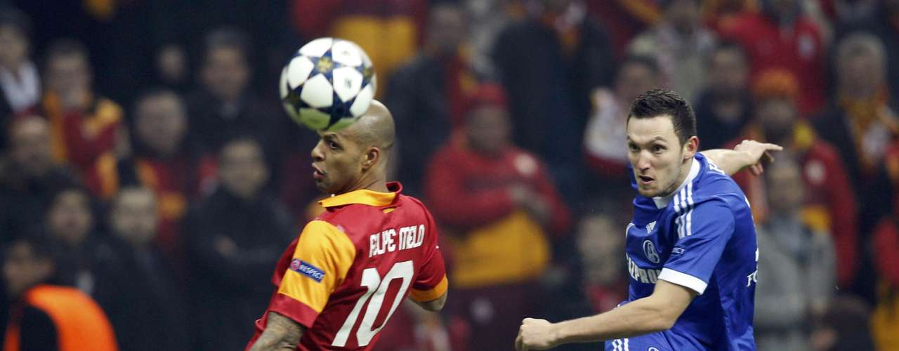 Hoger (R) passes past Galatasaray's Felipe Melo. REUTERS/Osman Orsal