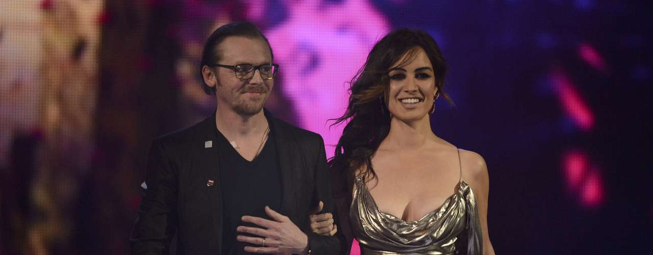 Actor Simon Pegg and actress Berenice Marlohe prepare to present the British Group award at the BRIT Awards, celebrating British pop music, at the O2 Arena in London February 20, 2013.  REUTERS/Dylan Martinez (BRITAIN  - Tags: ENTERTAINMENT SOCIETY) FOR EDITORIAL USE ONLY. NOT FOR SALE FOR MARKETING OR ADVERTISING CAMPAIGNS.