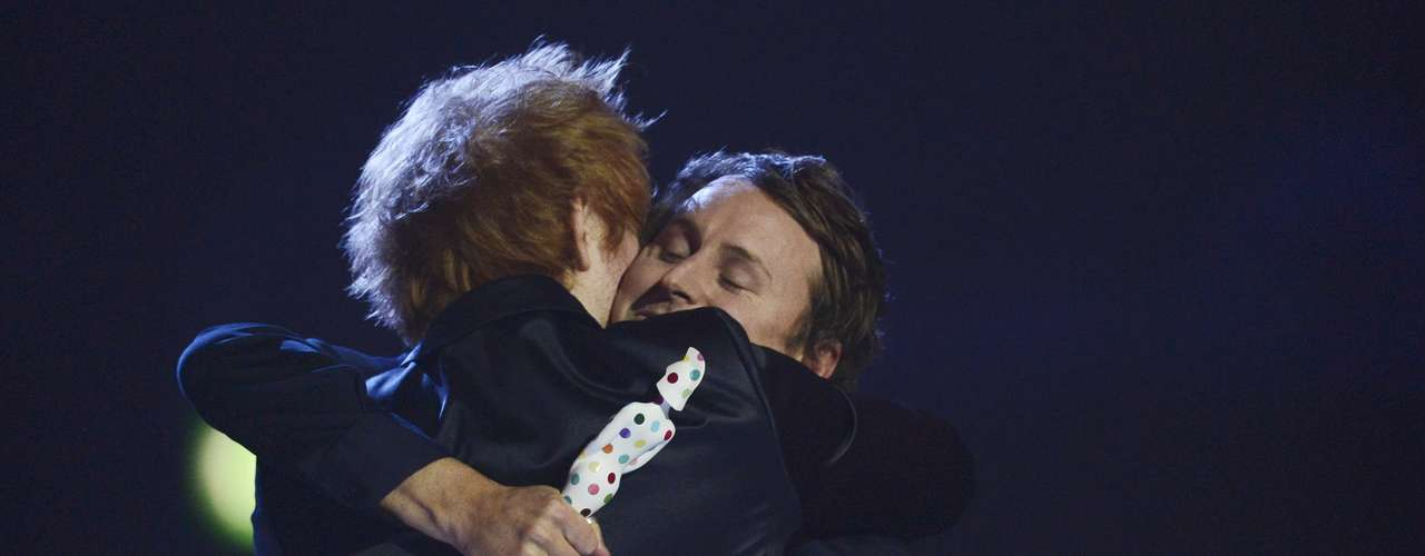 Singer Ben Howard (R) embraces Ed Sheeran after being presented with the British Male category trophy during the BRIT Awards, celebrating British pop music, at the O2 Arena in London February 20, 2013.   REUTERS/Dylan Martinez (BRITAIN  - Tags: ENTERTAINMENT) FOR EDITORIAL USE ONLY. NOT FOR SALE FOR MARKETING OR ADVERTISING CAMPAIGNS.