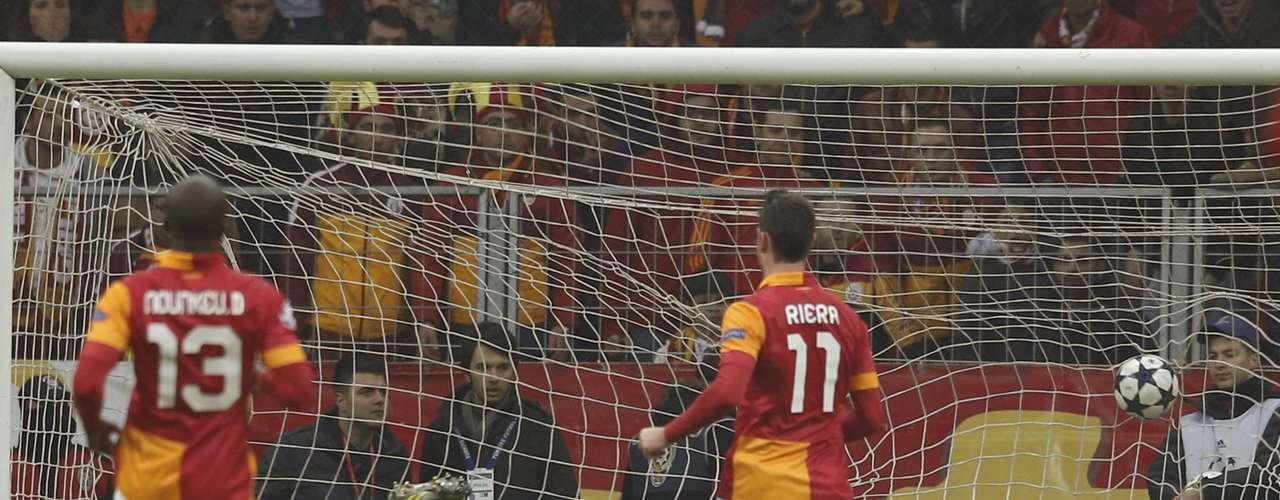 Galatasaray's goalkeeper Fernando Muslera (C) concedes a goal from Schalke 04's Jermaine Jones (unseen). REUTERS/Murad Sezer