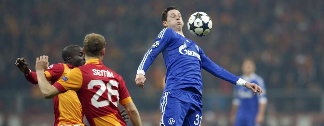 Schalke 04's Julian Draxler (R) controlls the ball in front of Galatasaray's Dany Nounkeu (L) and Semih Kaya (C). REUTERS/Murad Sezer