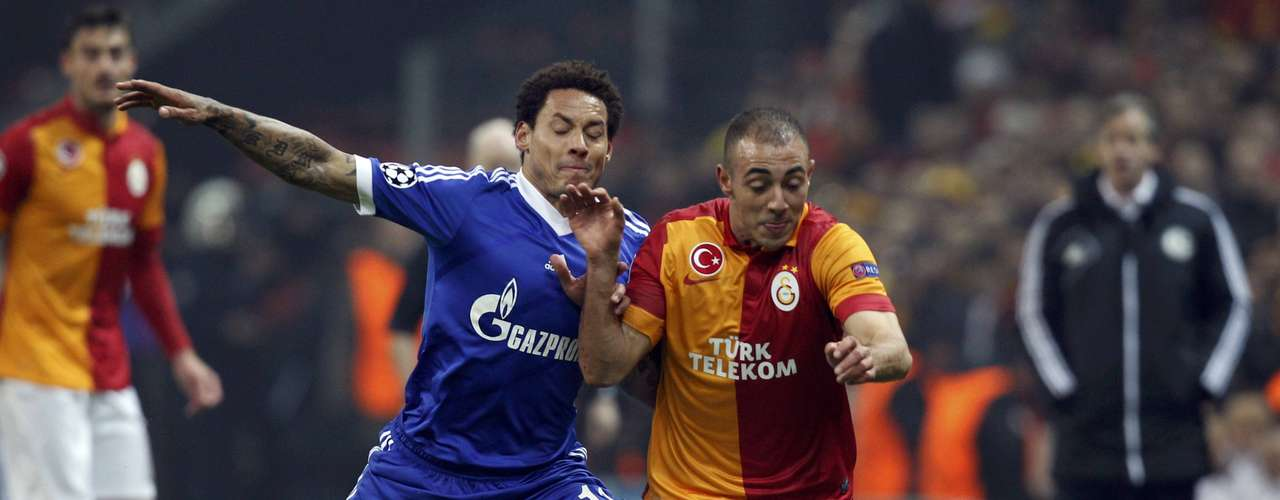 Galatasaray's Nordin Amrabat (L) is challenged by Schalke 04's Jermaine Jones (L). REUTERS/Osman Orsal