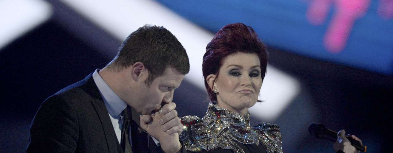 Television presenter Dermot O'Leary kisses the hand of television host Sharon Osbourne before presenting an award at the BRIT Awards, celebrating British pop music, at the O2 Arena in London February 20, 2013.  REUTERS/Dylan Martinez (BRITAIN  - Tags: ENTERTAINMENT SOCIETY) FOR EDITORIAL USE ONLY. NOT FOR SALE FOR MARKETING OR ADVERTISING CAMPAIGNS.