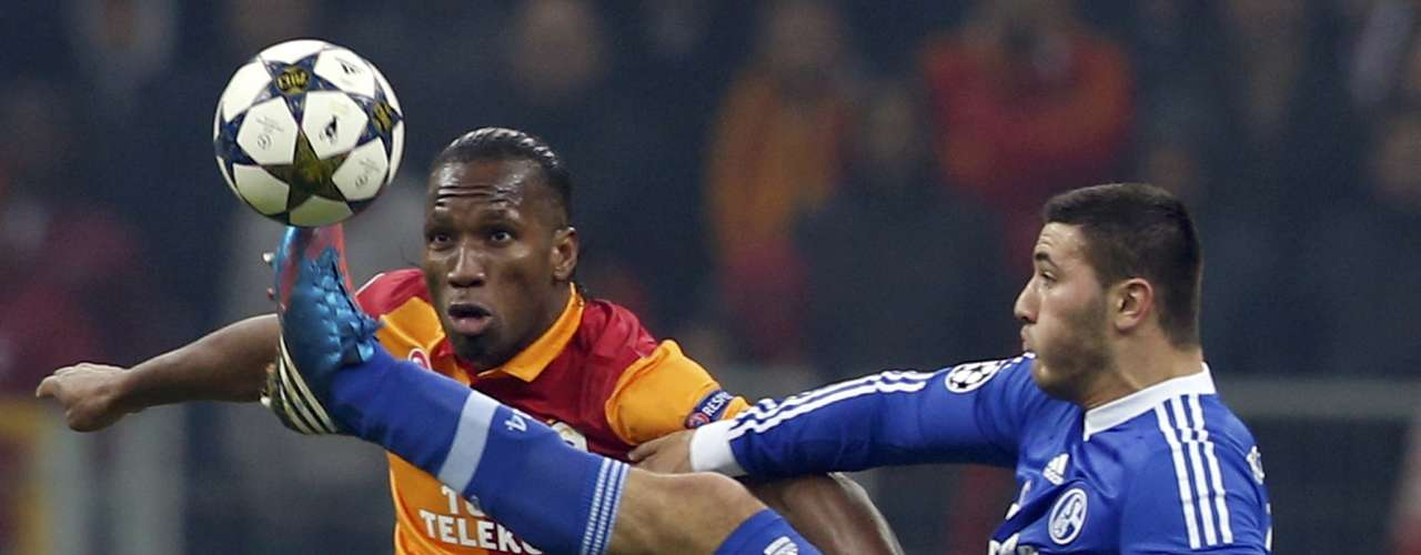 Galatasaray's Didier Drogba (L) is challenged by and Schalke 04's Sead Kolasinac. REUTERS/Murad Sezer
