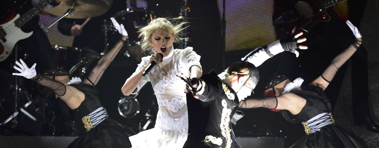 U.S. singer Taylor Swift performs during the BRIT Awards, celebrating British pop music, at the O2 Arena in London February 20, 2013.    REUTERS/Dylan Martinez (BRITAIN  - Tags: ENTERTAINMENT TPX IMAGES OF THE DAY) FOR EDITORIAL USE ONLY. NOT FOR SALE FOR MARKETING OR ADVERTISING CAMPAIGNS.