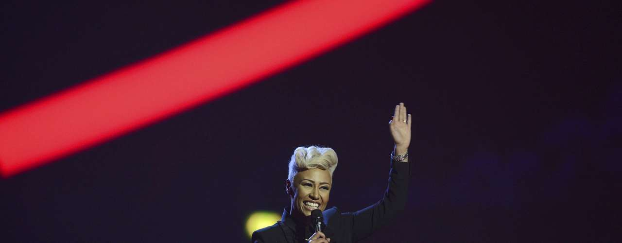 Singer Emeli Sande waves after being presented with the British Female Solo Artist award at the BRIT Awards, celebrating British pop music, at the O2 Arena in London February 20, 2013.  REUTERS/Dylan Martinez (BRITAIN  - Tags: ENTERTAINMENT SOCIETY) FOR EDITORIAL USE ONLY. NOT FOR SALE FOR MARKETING OR ADVERTISING CAMPAIGNS.