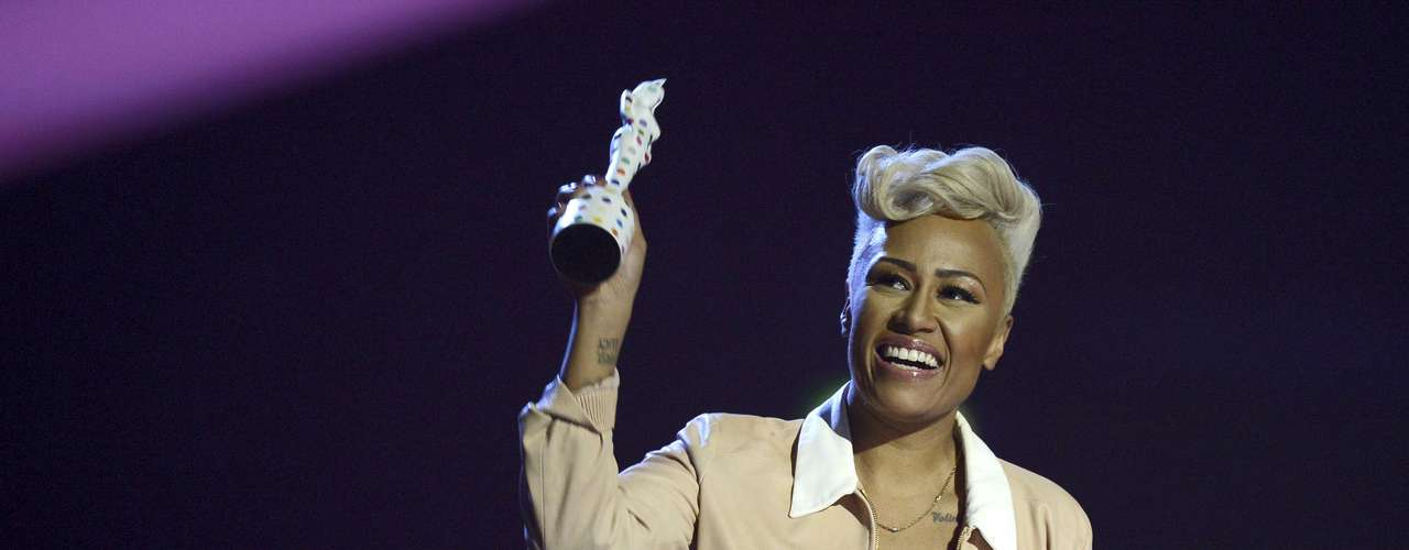 Singer Emeli Sande reacts after being awarded the best British Album award during the BRIT Awards, celebrating British pop music, at the O2 Arena in London February 20, 2013.   REUTERS/Dylan Martinez (BRITAIN  - Tags: ENTERTAINMENT SOCIETY TPX IMAGES OF THE DAY) FOR EDITORIAL USE ONLY. NOT FOR SALE FOR MARKETING OR ADVERTISING CAMPAIGNS.
