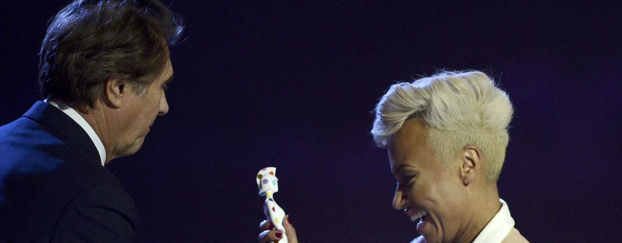 Singer Emeli Sande is awarded the best British Album award by Bryan Ferry during the BRIT Awards, celebrating British pop music, at the O2 Arena in London February 20, 2013.    REUTERS/Dylan Martinez (BRITAIN  - Tags: ENTERTAINMENT SOCIETY) FOR EDITORIAL USE ONLY. NOT FOR SALE FOR MARKETING OR ADVERTISING CAMPAIGNS.