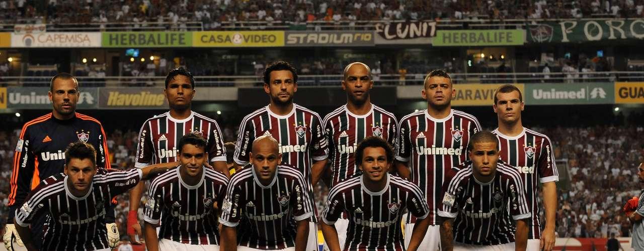 Gremio goleó de visitante por 3-0 a Fluminense en duelo de clubes brasileños por el Grupo 8 de la Copa Libertadores de América 2013, disputado la noche del miércoles en el estadio Engenhao de Rio de Janeiro.