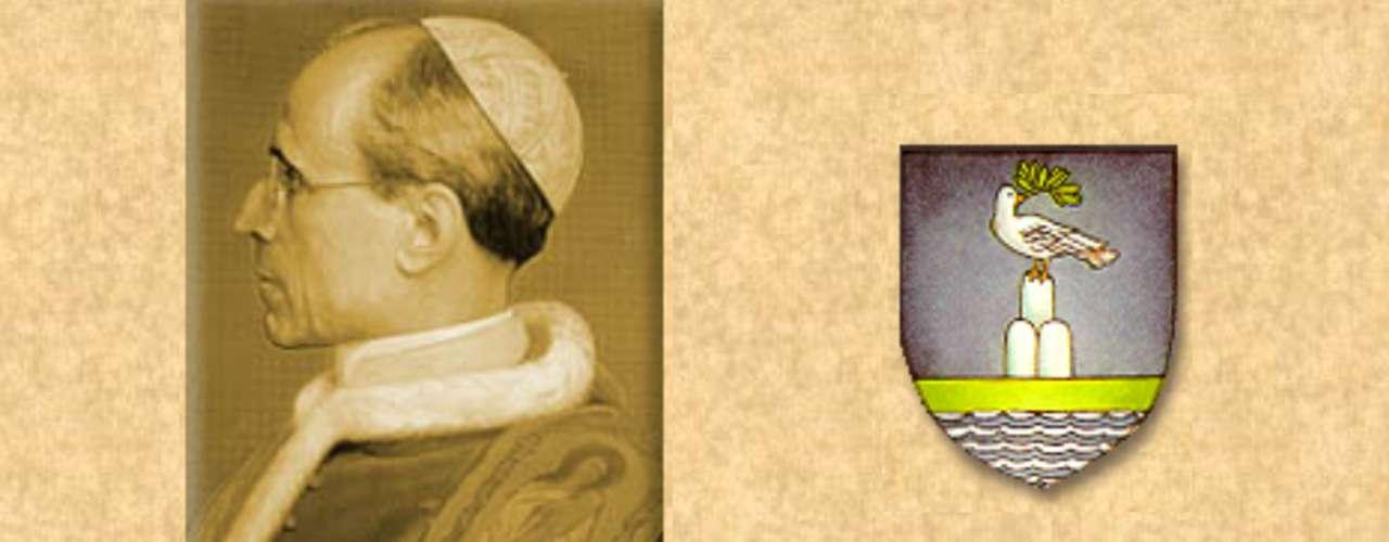 PIO XII (1939-1958). Eugenio Maria Giuseppe Giovanni Pacelli. El papa más controvertido del siglo. Los historiadores lo acusan de haber guardado silencio ante el Holocausto y los crímenes nazis. El Vaticano defiende su imagen afirmando que salvó la vida de muchos judíos. En 1949 decidió condenar el apoyo al comunismo con la excomunión. En 1950 formuló el Dogma de la Asunción de la Virgen.