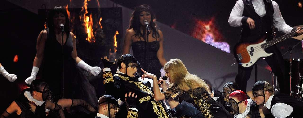 Uno de los bailarines en el transcurso de la coreografía fijó la mirada en las pompas de Taylor.