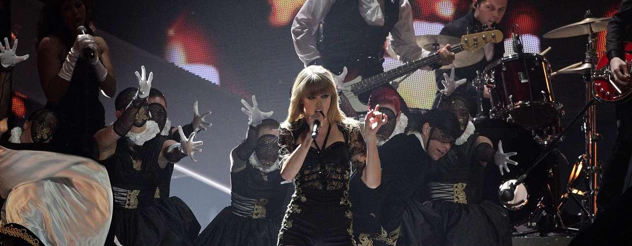 En la tarima de la O2 Arena de Londres, la estrella dejó a todos con la boca abierta, incluyendo a su ex novio, Harry Styles que se gozó de principio a fin el show.