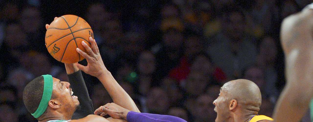 Celtics vs. Lakers: Kobe Bryant comete una falta ante el intento de disparo de Paul Pierce.
