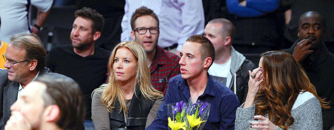 Celtics vs. Lakers:Jeanie Buss, hija del dueño y vicepresidente ejecutiva de Los Ángeles, vio el juego acompañada por el resto de su familia. Buss falleció el lunes víctima del cáncer.