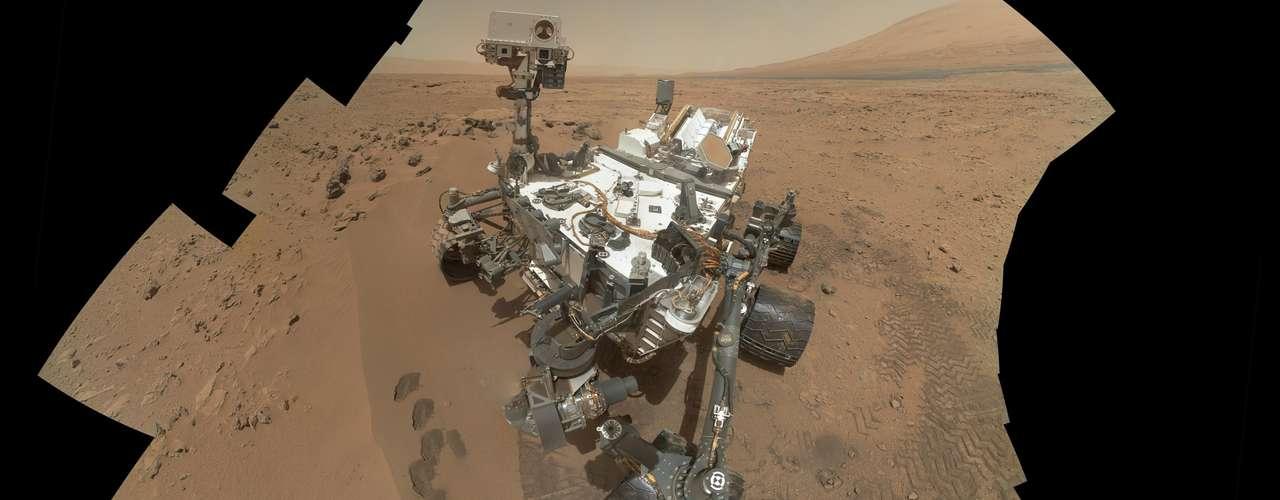 La sonda Curiosity, del tamaño de un automóvil, aterrizó sobre un cráter antiguo cerca del ecuador marciano a mediados del año pasado después de cruzar la delgada atmósfera del planeta rojo