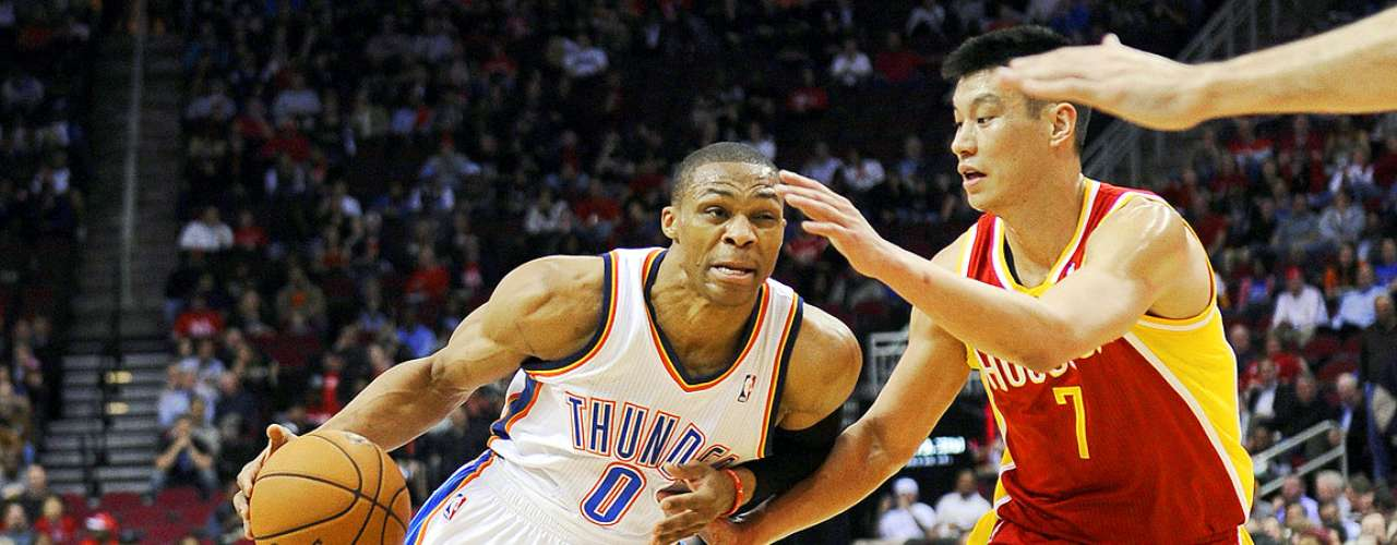 Thunder vs. Rockets: Jeremy Lin (7) intenta tapar la penetración de Russell Westbrook (0).
