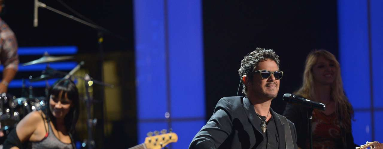 Alejandro Sanz looks too cool in sunglasses during rehearsals.