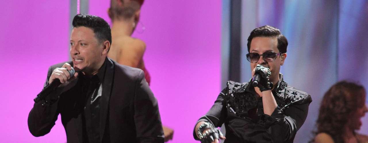 Elvis Crespo y Fito Blanko pusieron nuevamente sabor a la noche con su vibrante interpretación de 'Pegaito Suavecito'.