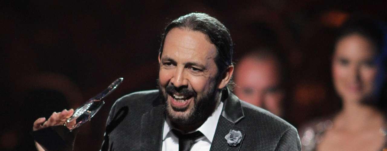 El cantautor dominicano y superestrella del merengue dominicano, Juan Luis Guerra recibió el premio al Mejor Álbum Tropical y en su discurso lo ofreció al también músico, Robi Draco, 'por ser un guerrero'.