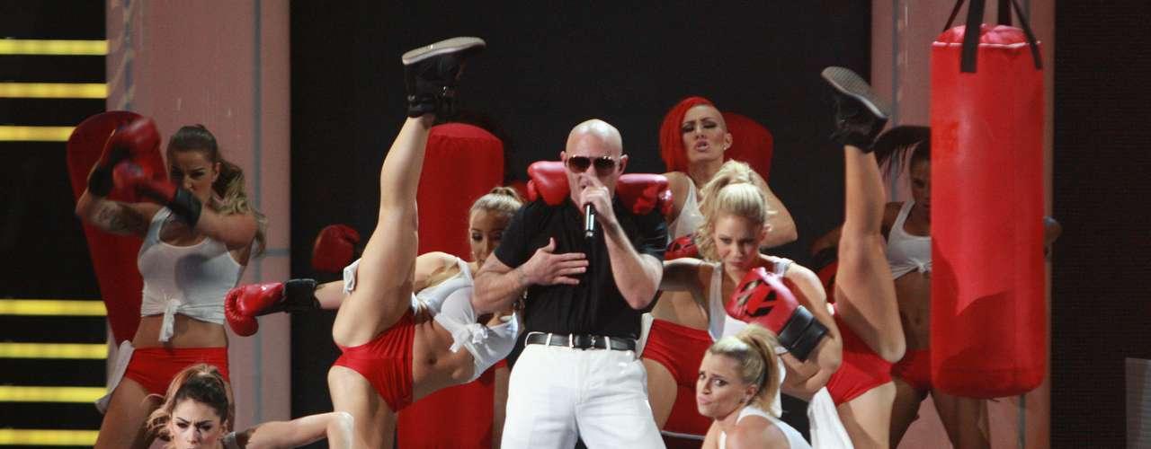 Por su parte su Pitbull antes de presentar su éxito 'Que no pare la fiesta', recordó a la fallecida Jenny Rivera. Luego impactó, como de costumbre, con su eufórico show.