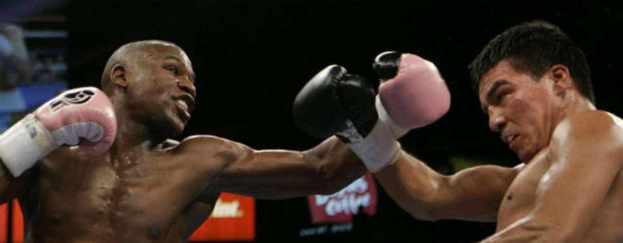 Otro de los latinos que ha derrotado Mayweather es el argentino Carlos Baldomir, al que superó por decisión unánime en 2006.