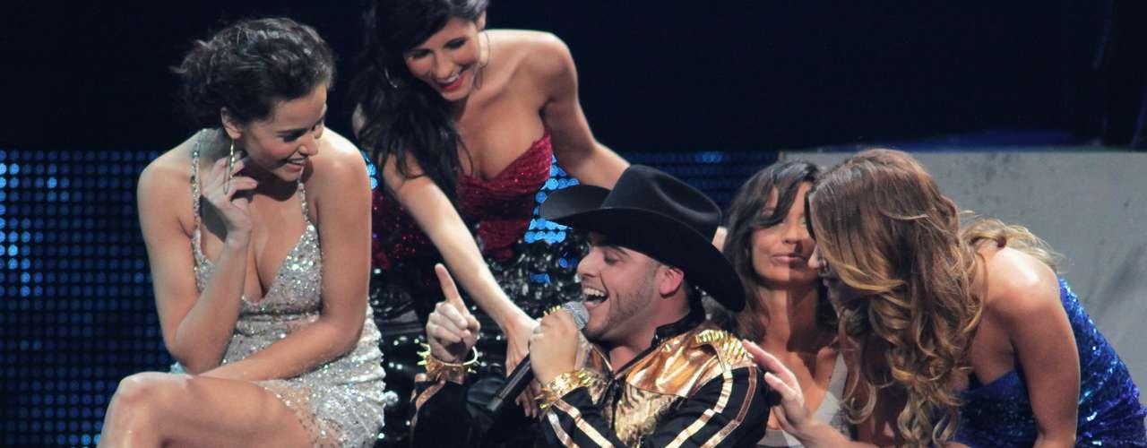El toque norteño de la noche lo puso Gerardo Ortiz, quien se tomó el escenario con su sonoro corrido Damaso.