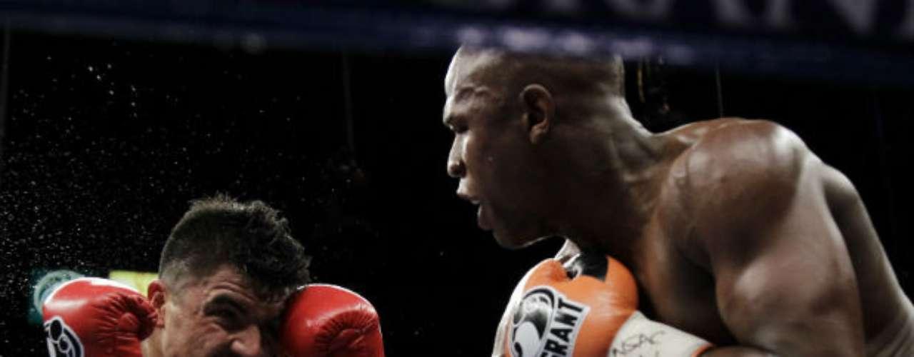 Una de las peleas más recordadas de Mayweather fue ante Victor Ortiz. El final de aquella contiende fue por demás inesperado. 'Money' dividió opiniones.
