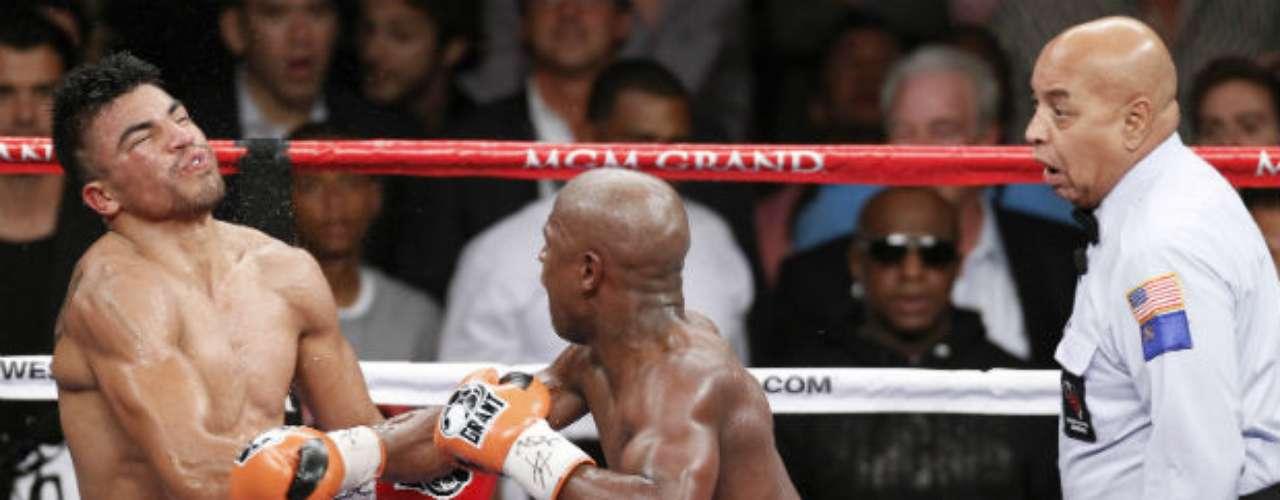En el cuarto asalto de esa batalla, Ortiz le dio un cabezazo con alevosía a Mayweather. Esto fue sancionado por los jueces. Cuando el referí reanudó la pelea, Ortiz, aún arrepentido por su acción, se descuidó al no levantar los brazos por completo lo que fue bien aprovechado por Mayweather para conectarle un recto y dejarlo noqueado.