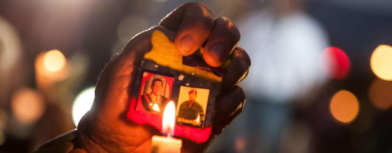 """""""Estamos orando por el presidente, que salga de todo esto"""", dijo Ana Pérez, una costurera de 54 años, que sostenía una vela en la escalera y protegía su llama del viento con un trozo de papel."""