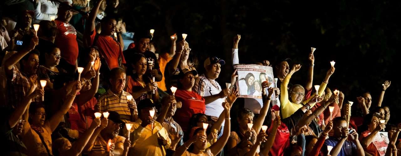 Los partidarios del presidente se congregaron durante la puesta del sol frente a una gran escalera que da paso al parque capitalino de El Calvario, en una colina cercana al palacio de gobierno. Encendieron velas y entonaron el himno nacional de Venezuela, junto a una grabación de la voz de Chávez, conocido por su afición a cantar en público.