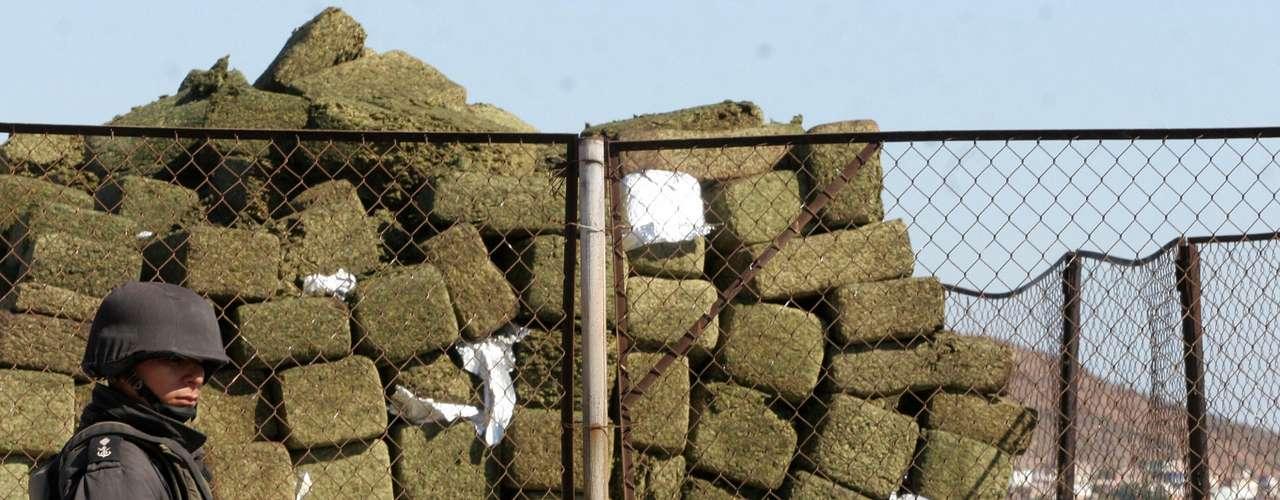 Las guerras internas del cártel por el comercio de la cocaína, las metanfetaminas y la marihuana le dieron al estado una de las tasas de asesinatos más altas de México. El negocio enriqueció a mucha gente. Miles de sinaloenses participan, a sabiendas o no, en la economía del narcotráfico y abundan las personas que se dicen \
