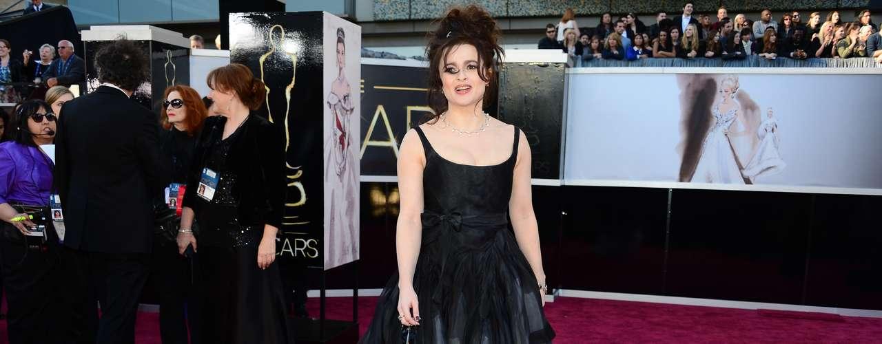 Peor Vestidas. Muy desafortunado el look de Helena Bonham Carter para esta gala de premios, enfundada en este traje de Vivienne Westwood, cero glamur, ya que ni el color, ni el corte y tampoco los adornos de este diseño convencieron.
