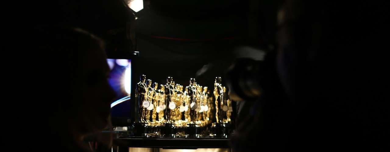 Y una vista rápida al estante de los preciados galardones antes de ser entregados a los ganadores.